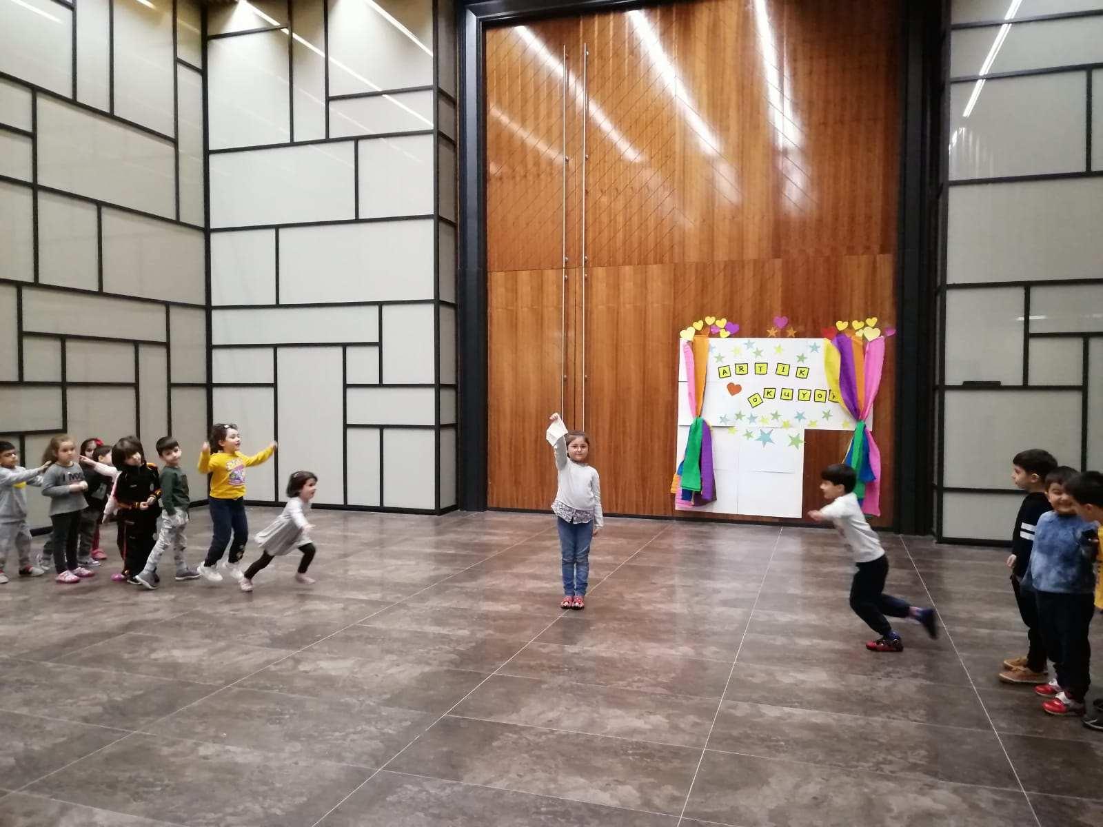 """Anasınıfı öğrencilerimiz geleneksel oyunlardan """"Mendil Kapmaca"""" oyununu oynadı."""